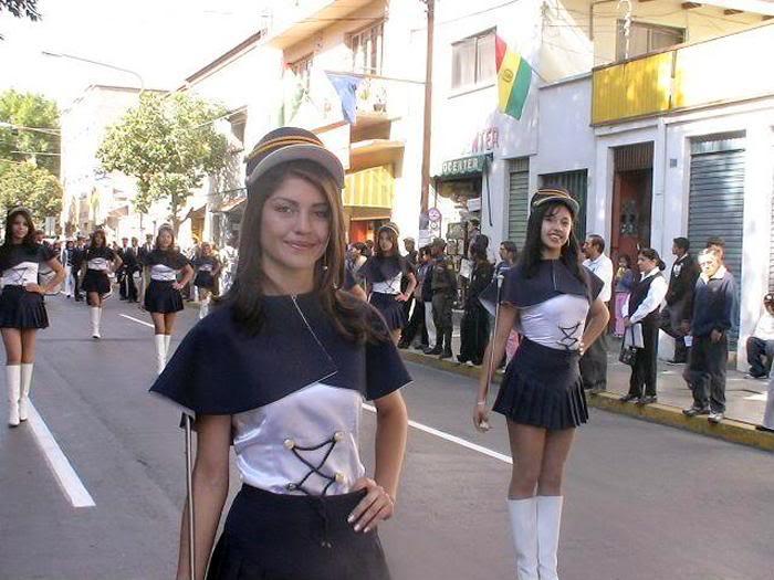 bellas jovencitas en el desfile de teas en la ciudad de cochabamba