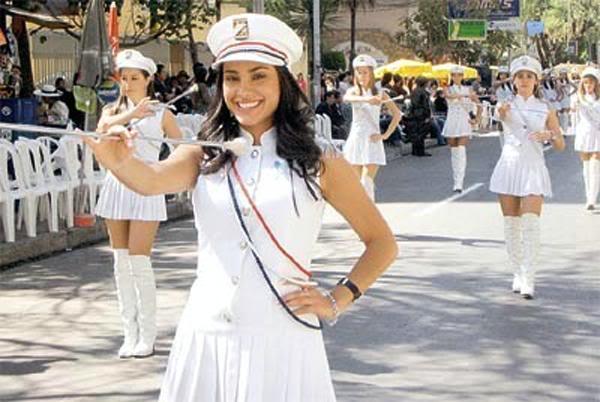 chicas en desfile de la ciudad de cochabamba