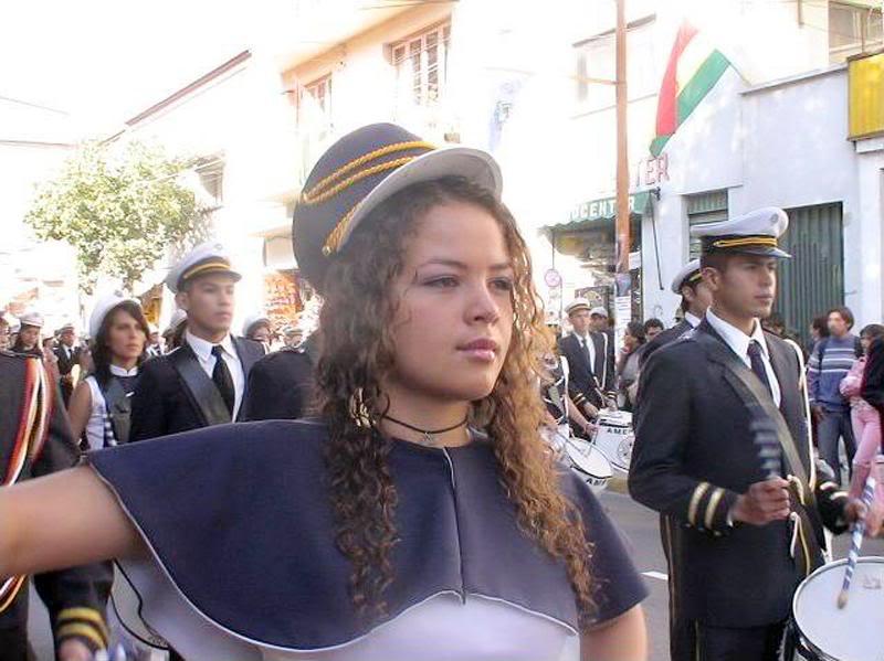 desfile de jovenes en acto civico en la ciudad de cochabamba