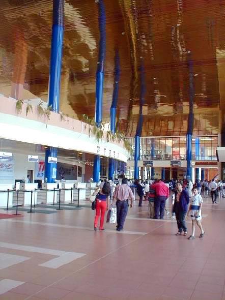 interior de las instalaciones del aeropuerto jorge wilsterman en cochabamba bolivia