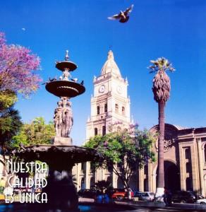 templo y fuente en plaza principal en cochabamba
